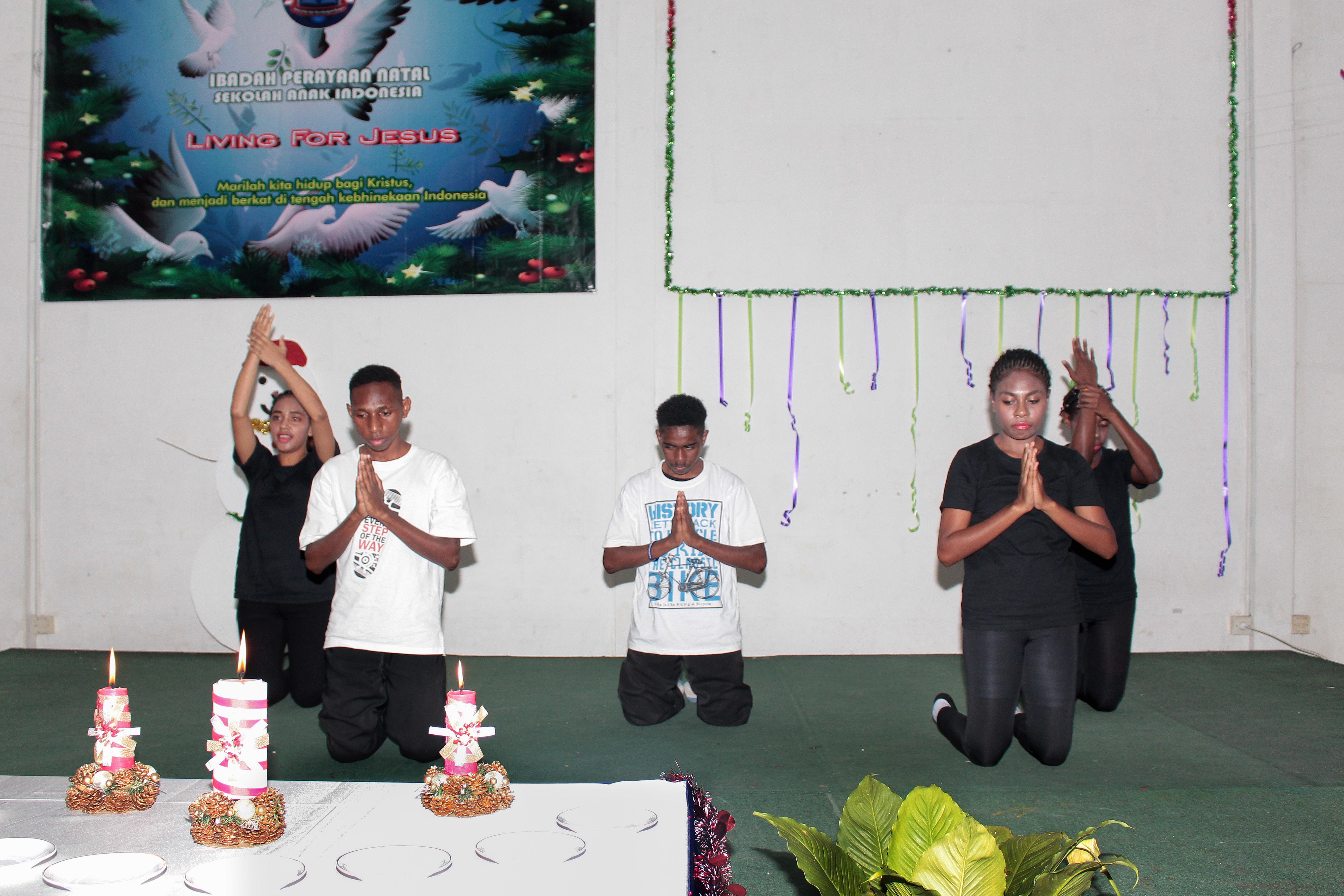 Sekolah anak inodoneia-Natal-sekolah papua-natal 2016-sekolah anak papua-perayaan natal papua-perayaan natal anak papua-penyelaaan lilin natal papua-SAI