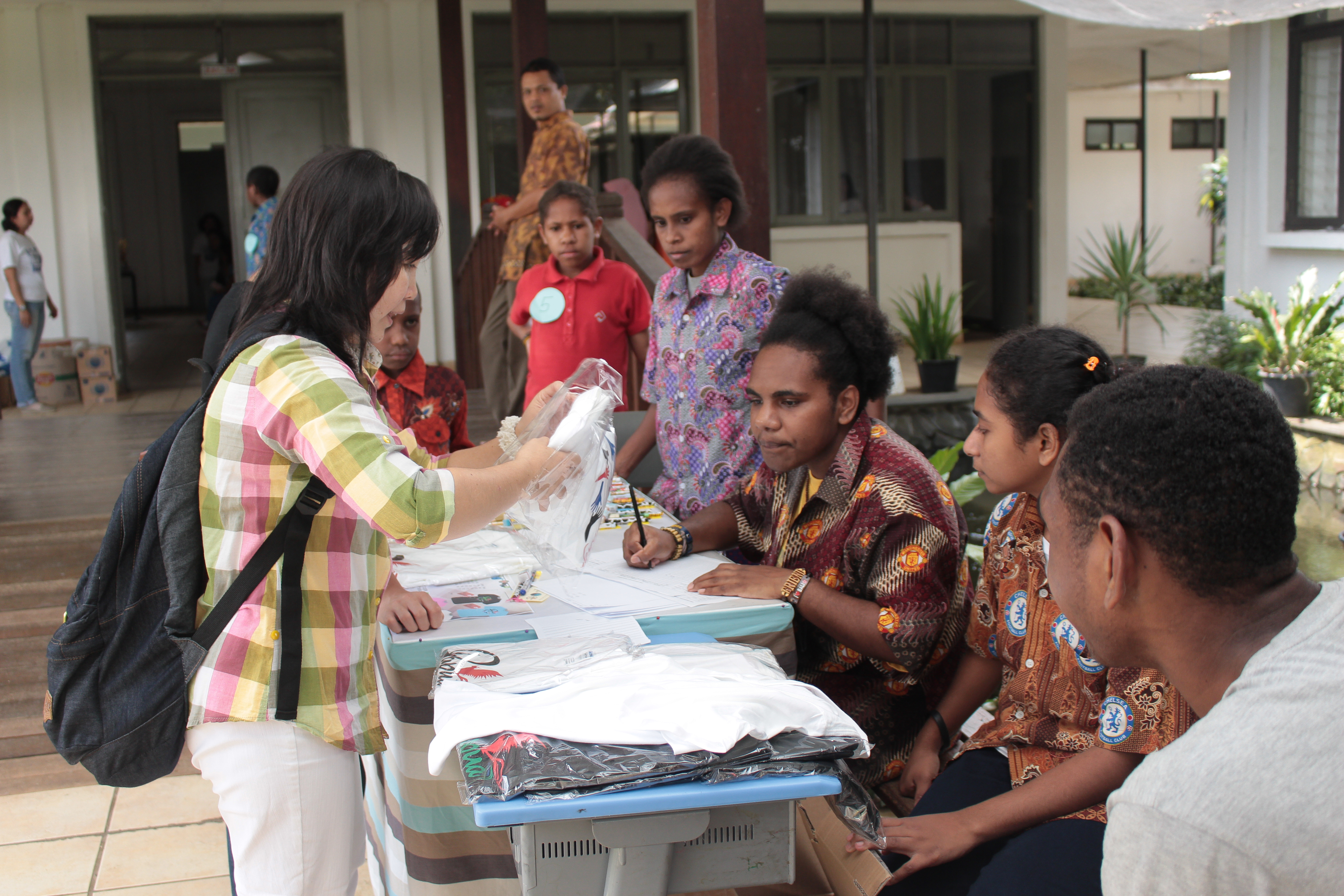sekolah anak indoensia-sekolah Papua-lomba mewarnai-bazar open house